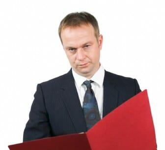Personalleiter bei der Durchsicht Deiner Bewerbung